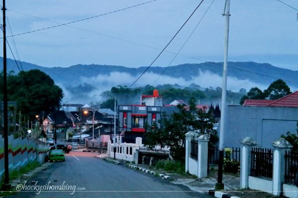 pemandangan Ngarai Sianok dari kota di pagi hari