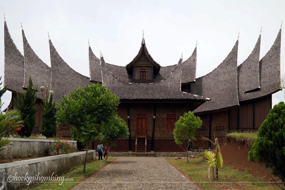 Istana-Pagaruyung-dari-Belakang