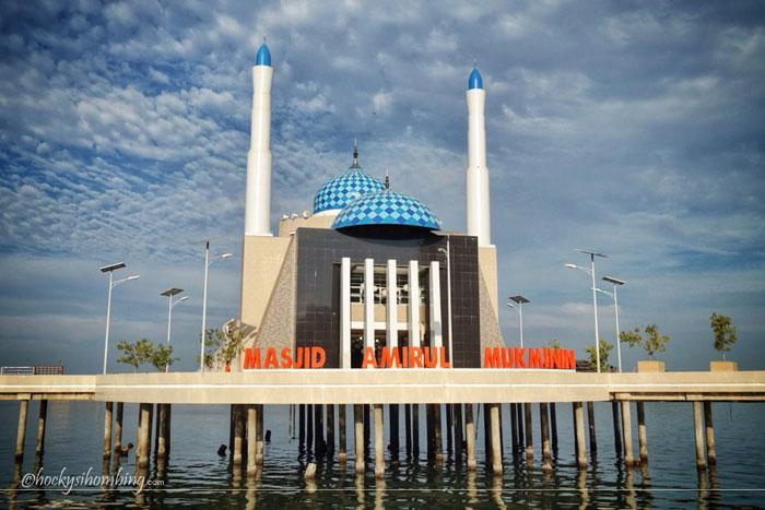masjid-atas-laut-di-pantai-losari