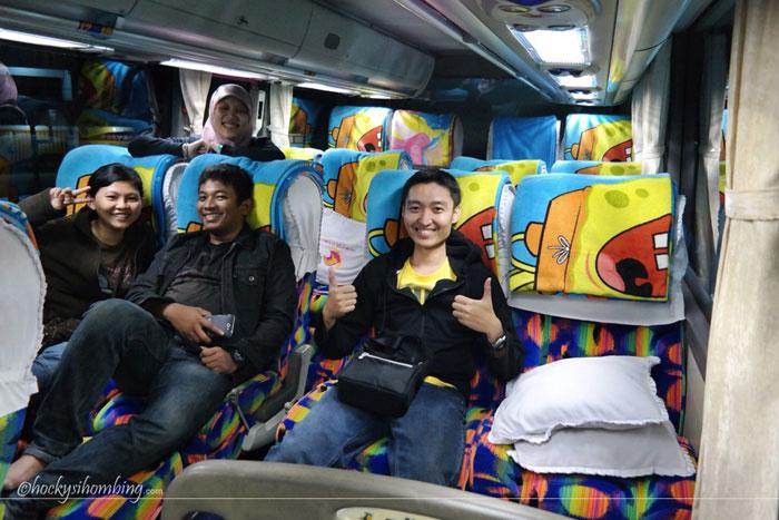 naik-bus-malam-toraja-makassar